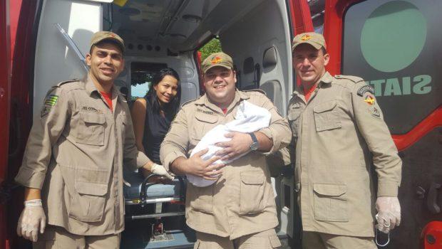 Bombeiros auxiliam mulher que deu à luz em frente ao Shopping Passeio das Águas, em Goiânia
