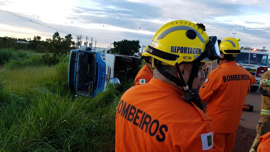 Ônibus tomba e deixa 16 pessoas feridas na BR 040