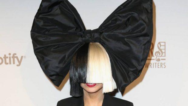 Sia faz rara aparição pública sem cobrir o rosto com uma peruca