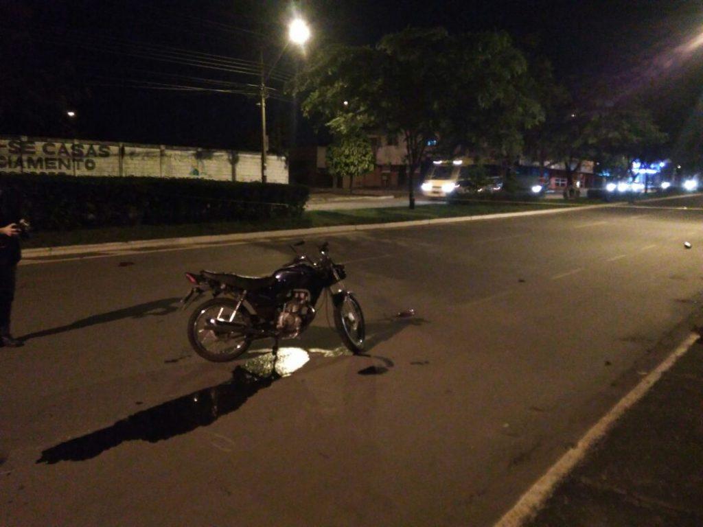 Homem morre em acidente entre motocicleta e camionete em Goiânia