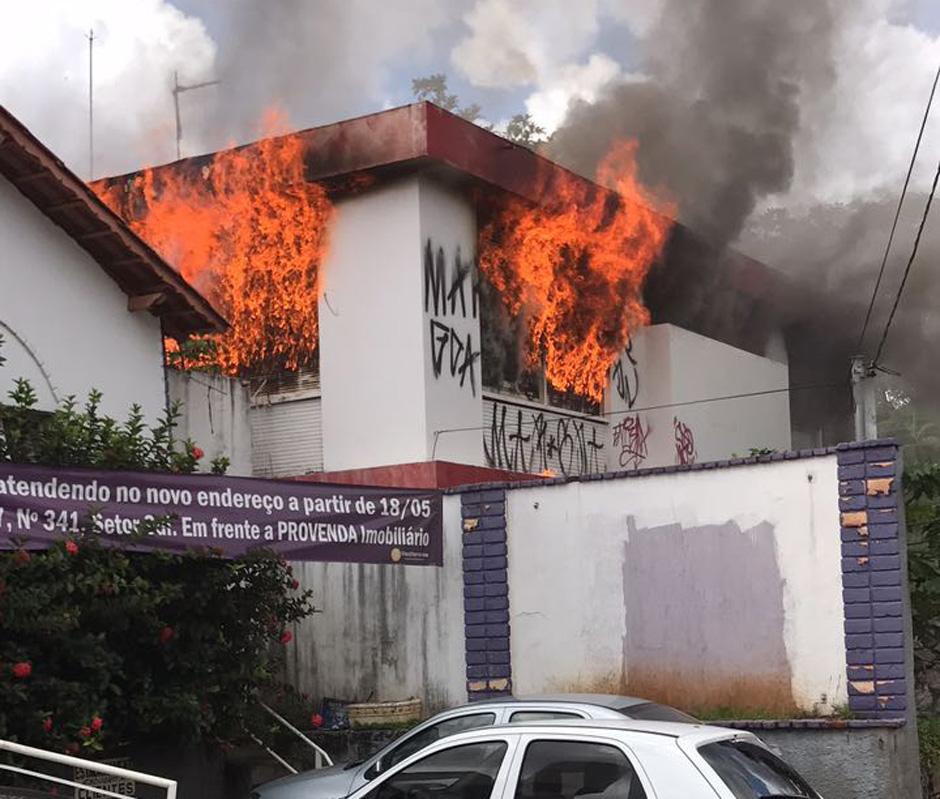Corpo de Bombeiros combate incêndio em casa abandonada no Centro de Goiânia