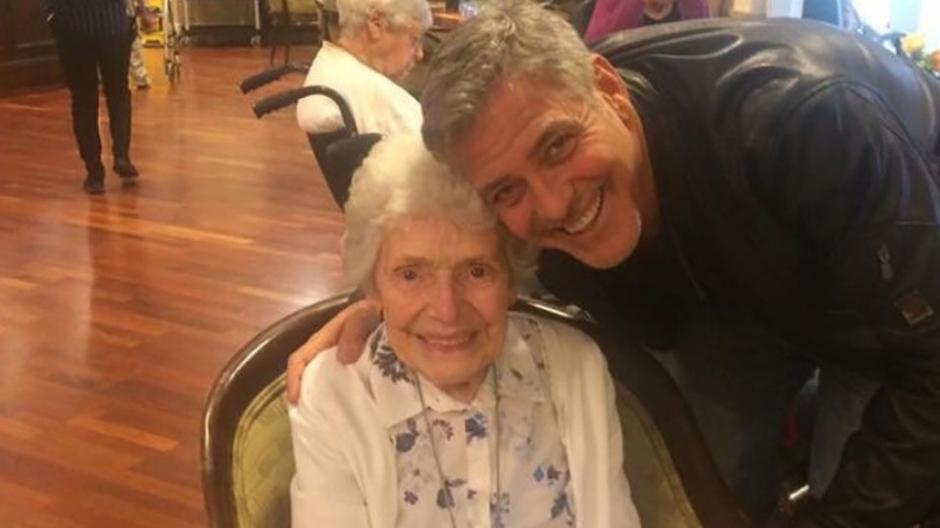 George Clooney realiza sonho de fã de 87 anos ao visitá-la em asilo