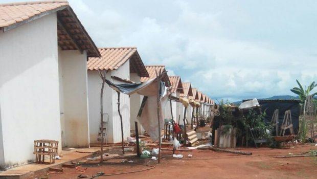 Famílias que ocupavam casas populares em Iporá são despejadas