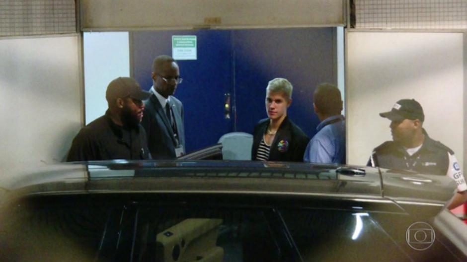 Fãs comemoram chegada de Justin Bieber ao Brasil