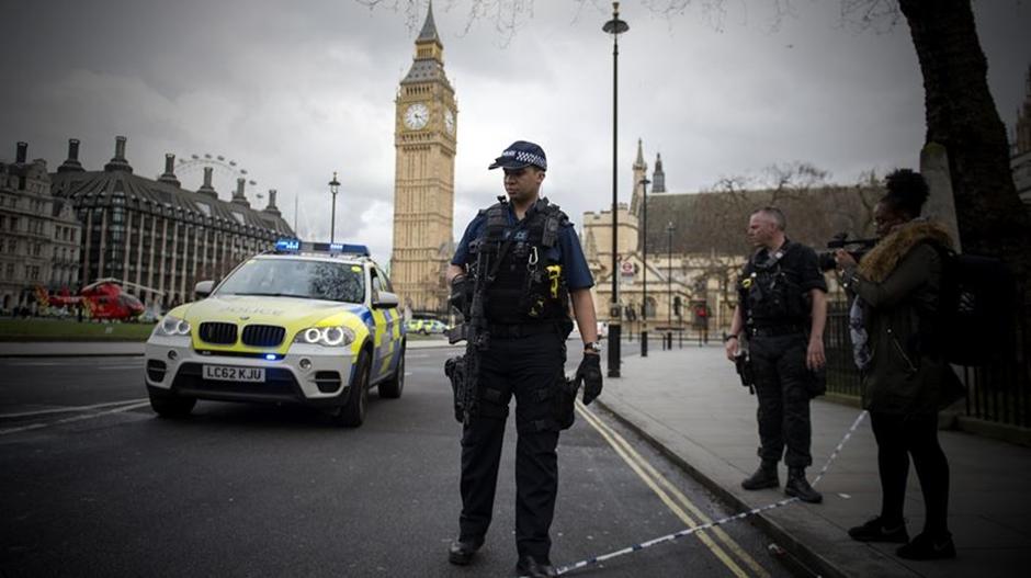 Polícia britânica diz que agressor de ataque perto do Parlamento agiu sozinho
