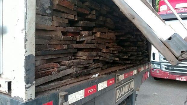 Carregamento ilegal de madeira é apreendido na BR-153, em Porangatu