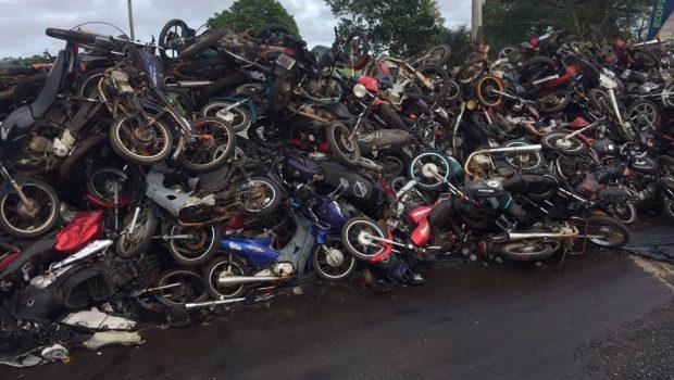 700 veículos sucateados são prensados no pátio da PRF em Hidrolândia