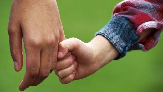 Jovem goiano terá nomes dos pais biológico e afetivo em registro de nascimento