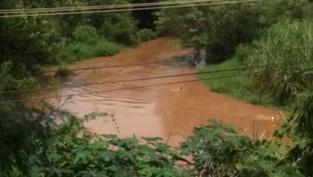 Bombeiros são acionados para recuperar veículo que caiu no rio João Leite