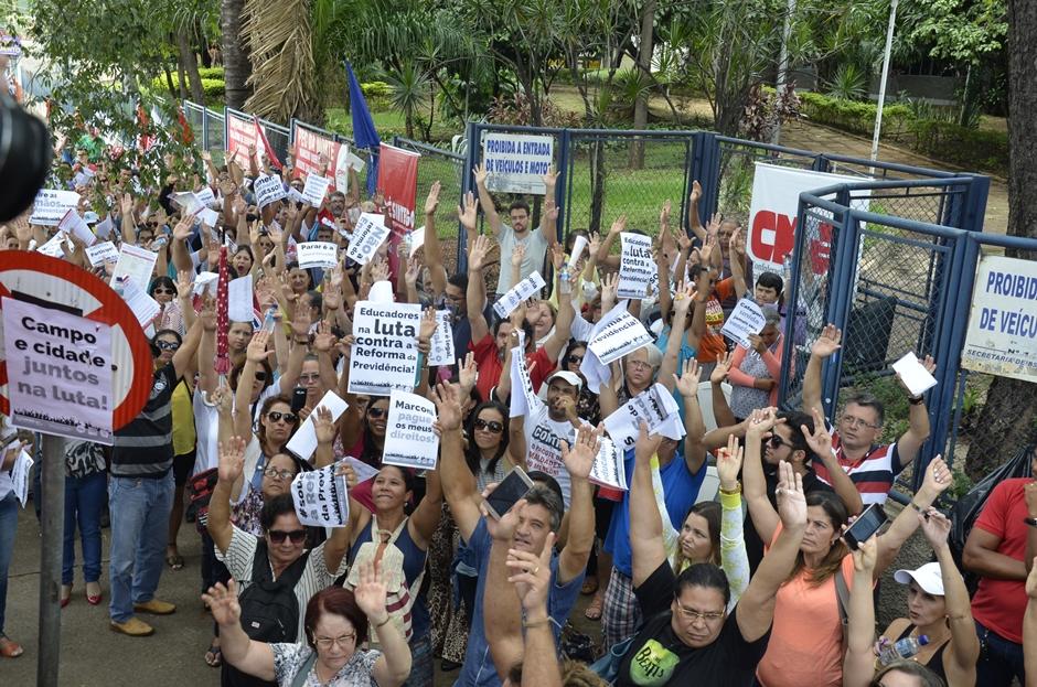 Após protesto, servidores da educação estadual participam de reunião com representantes da Seduce