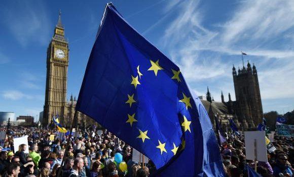 Milhares de pessoas vão às ruas de Londres para dizer não ao Brexit
