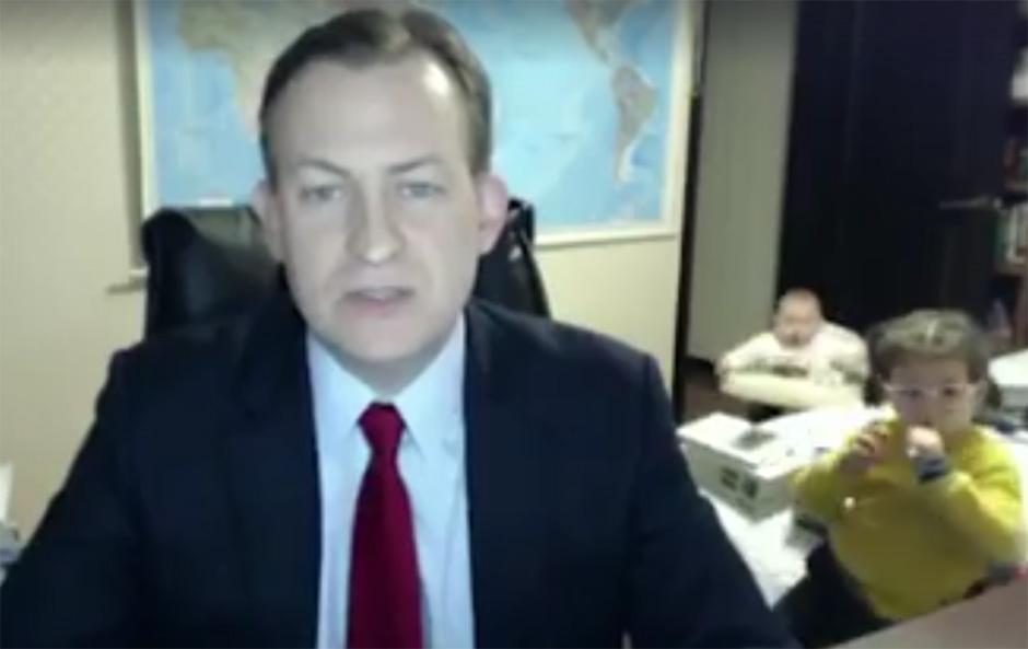 Um entrevista ao vivo. Duas crianças fofas. E uma tremenda confusão