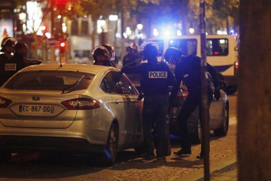 Policial e suposto atirador morrem em tiroteio em Paris