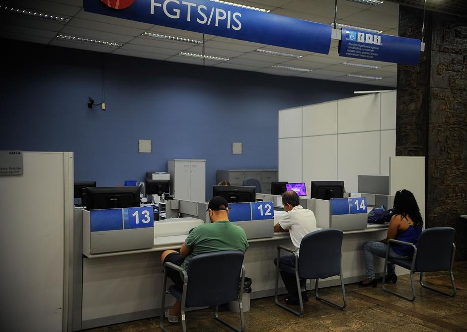 Caixa abre mais cedo até quarta-feira para saque de contas inativas do FGTS