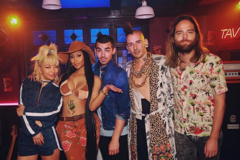 """""""Kissing Strangers"""": DNCE fez música nova com participação especial de Nicki Minaj"""