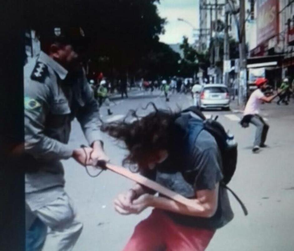 Imagem divulgada nas redes sociais mostra o momento em que estudante é agredido por um PM