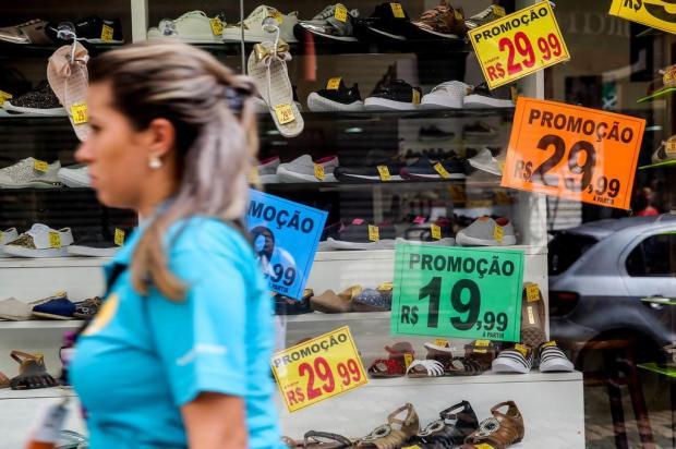 Varejo quer fisgar recurso do FGTS, mas consumidor deve ter cautela