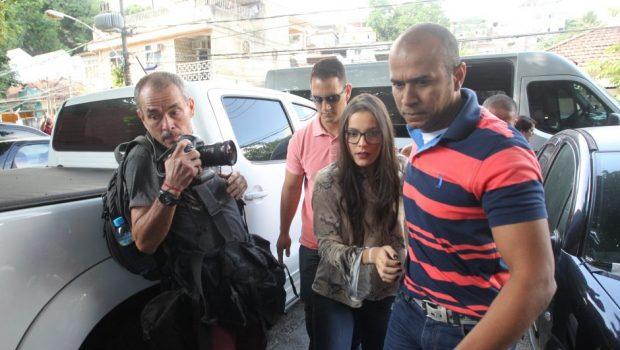 Vencedora do BBB 17, Emilly é ouvida na Delegacia da Mulher do Rio de Janeiro