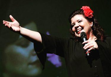 Cláudia Garcia comemora 20 anos de carreira no Teatro Sesi