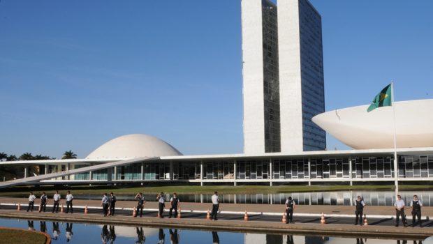 Votação de denúncia contra Temer domina debates na volta do recesso parlamentar