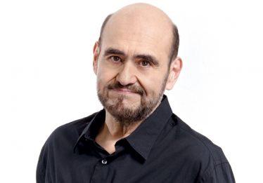 Em Goiânia, Édgar Vivar, o Seu Barriga do seriado Chaves, conta histórias e canta com o público