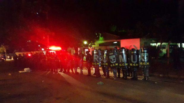 Guarda Civil usa bomba de gás e bala de borracha contra professores durante ocupação da SME, em Goiânia