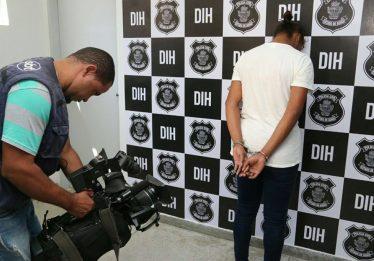 Polícia Civil apresenta travesti acusada do homicídio de um traficante em Goiânia