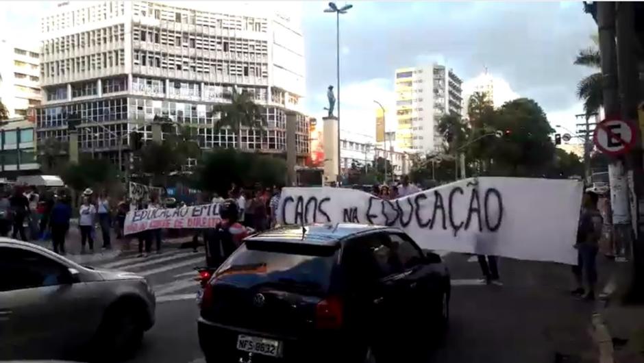 Servidores da Educação da prefeitura de Goiânia realizam protesto no Centro