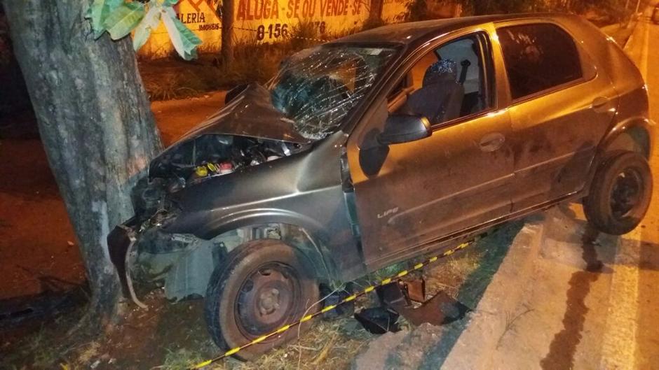 Mulher morre após carro bater em árvore às margens da rodovia BR-153, em Goiânia
