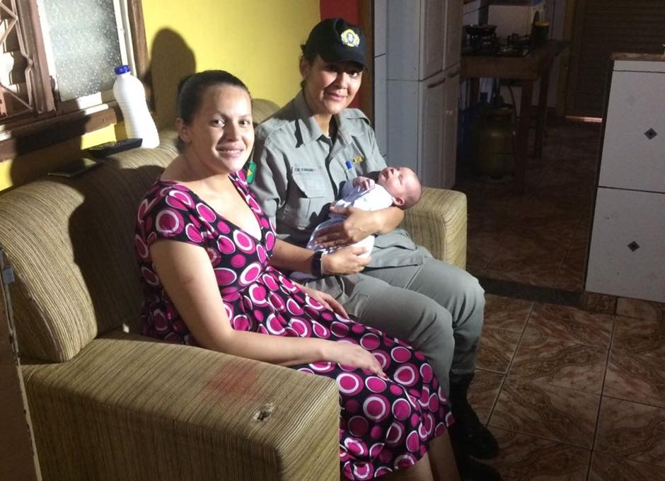 Por telefone, policial militar orienta mãe a desengasgar bebê