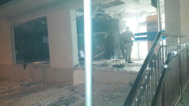 Bandidos explodem caixas eletrônicos no Setor Universitário