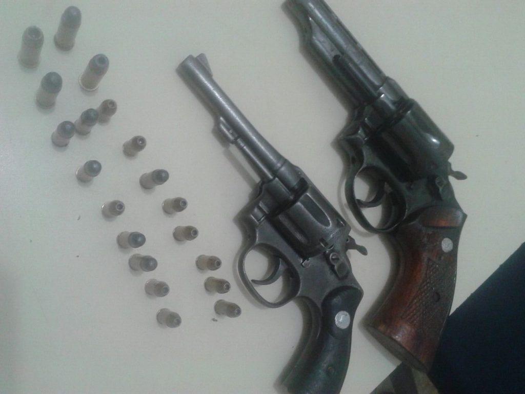 Dupla é presa com armas e veículo roubados, em Anápolis