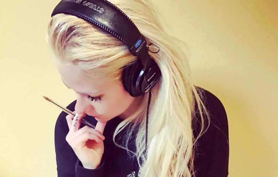 Avril Lavigne está em estúdio trabalhando em uma música nova