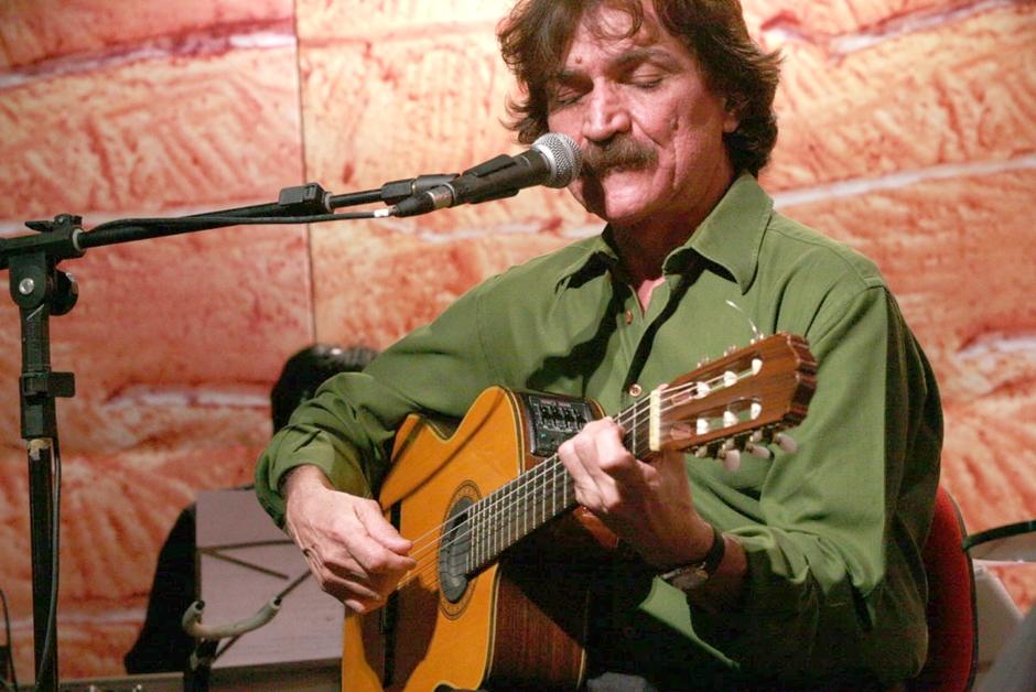 Velório de Belchior tem música, multidão e empurra-empurra em Fortaleza