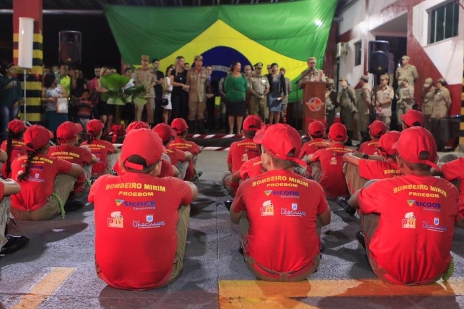 Bombeiro Mirim forma 25 crianças em Goiânia