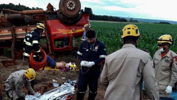 Homem morre esmagado sob caminhão após tombamento, próximo a Formosa