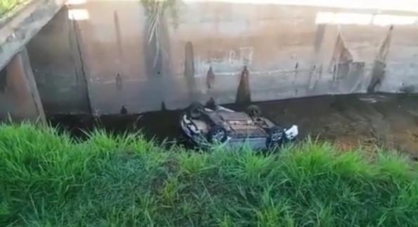 Jovem fica ferido após capotar veículo no Córrego Botafogo, em Goiânia
