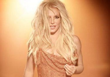 Em show, Britney Spears ironiza comentários da imprensa sobre fazer playback