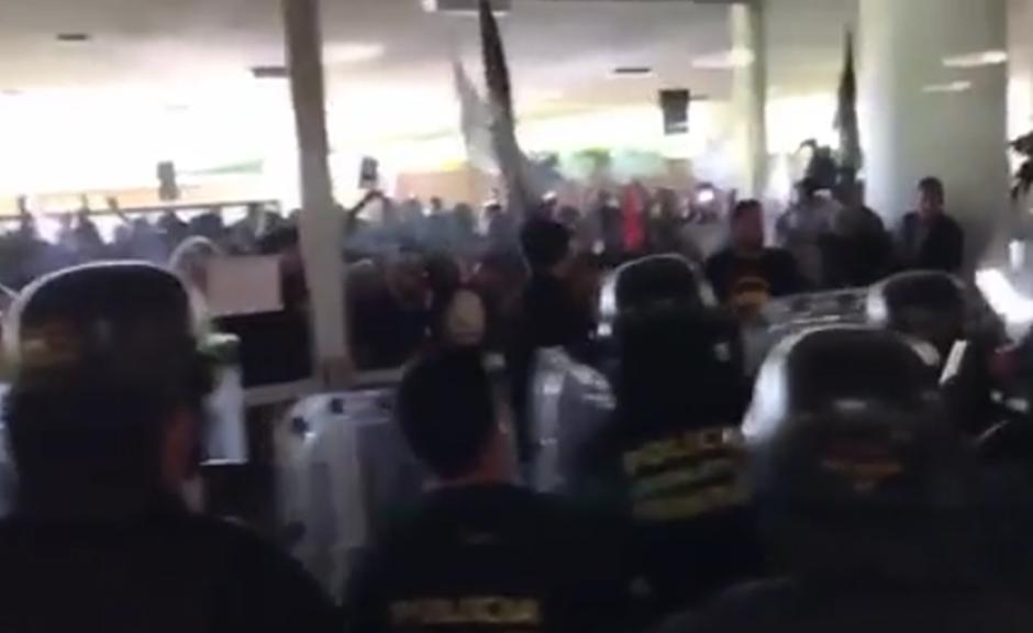 Manifestantes tentam invadir a Câmara em protesto contra reforma da Previdência