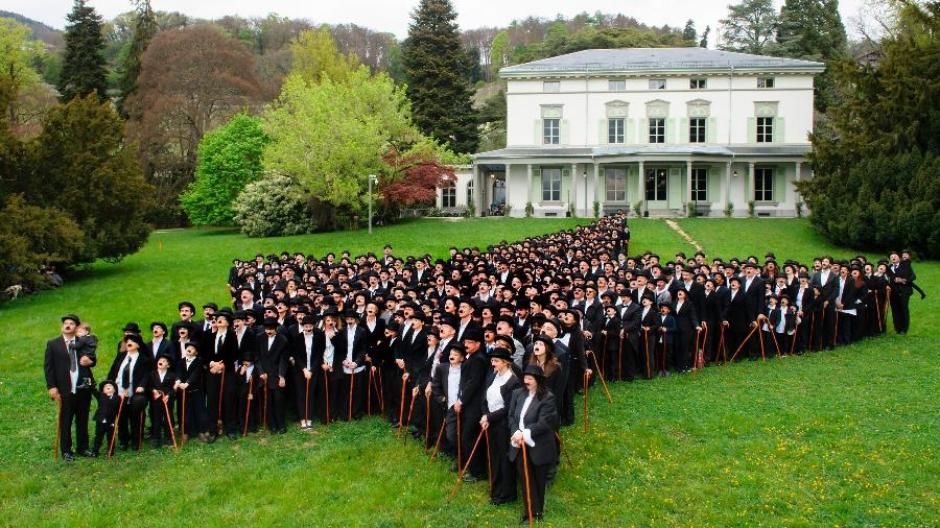 Centenas de fãs vestidos de Charlie Chaplin se reúnem para bater recorde
