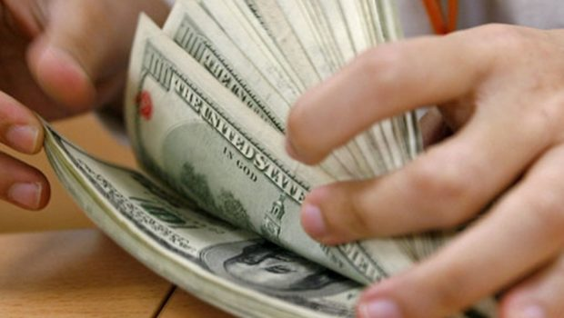 Instabilidade faz dólar bater R$ 3,77 e interrompe negociações de títulos públicos