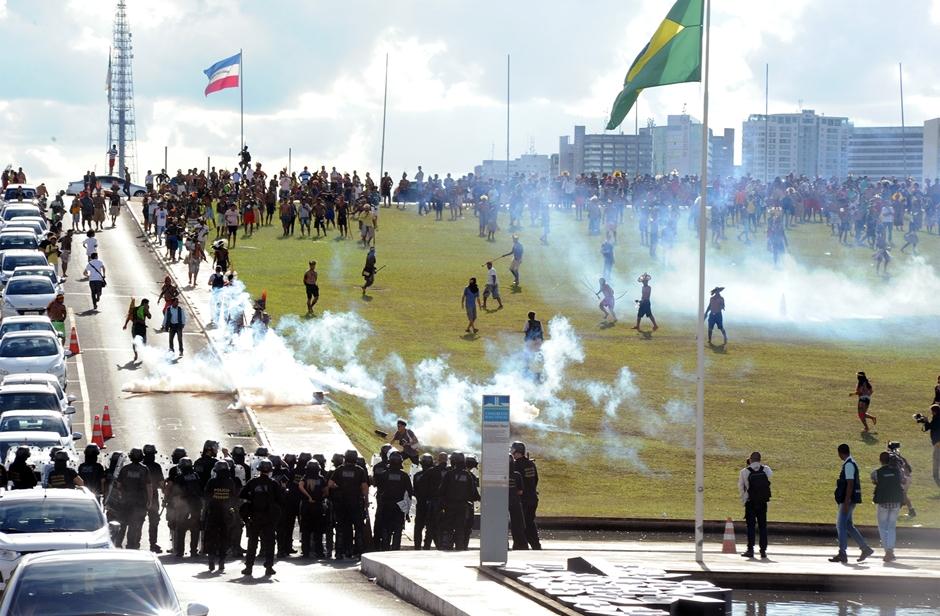 Polícia usa bombas para dispersar manifestação de índios em frente ao Congresso