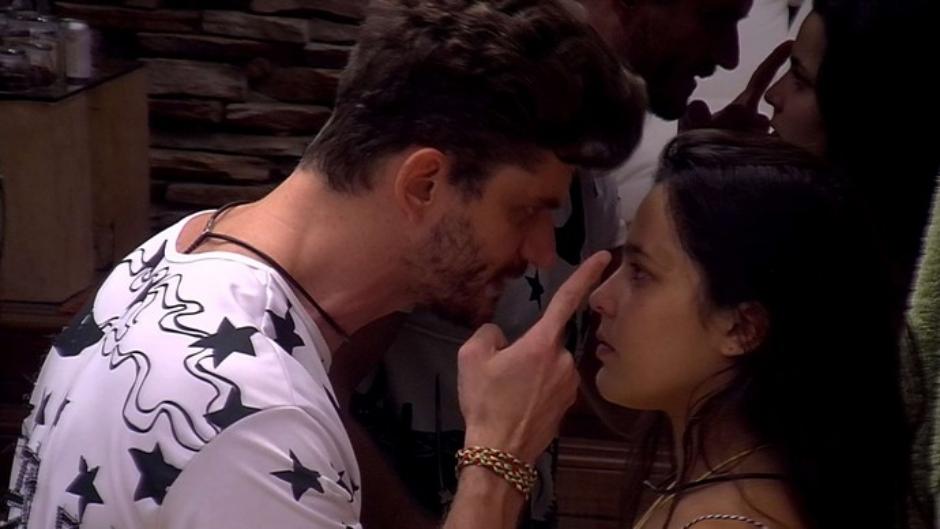 """Marcos grita e aponta o dedo para Emilly: """"não fala o que você não sabe"""""""