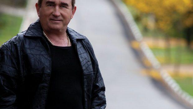 Torturado por militares, Amado Batista pede a volta da ditadura no programa de Porchat