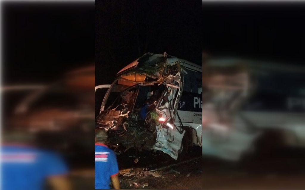 Motoristas de ônibus morrem em colisão na BR-153