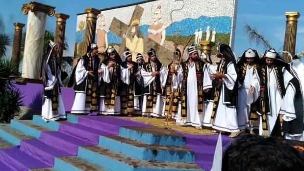 Fiéis acompanham encenação da Paixão de Cristo na Rodovia dos Romeiros