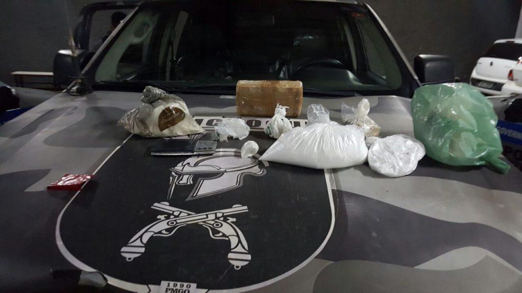 PM prende dupla de traficantes com diversos tipos de drogas em Goiânia