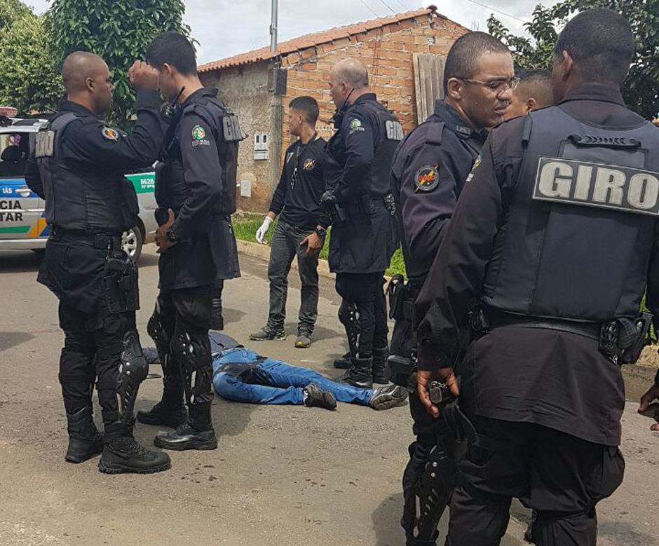 PM e uma são baleados em troca de tiros com criminosos em Goiânia