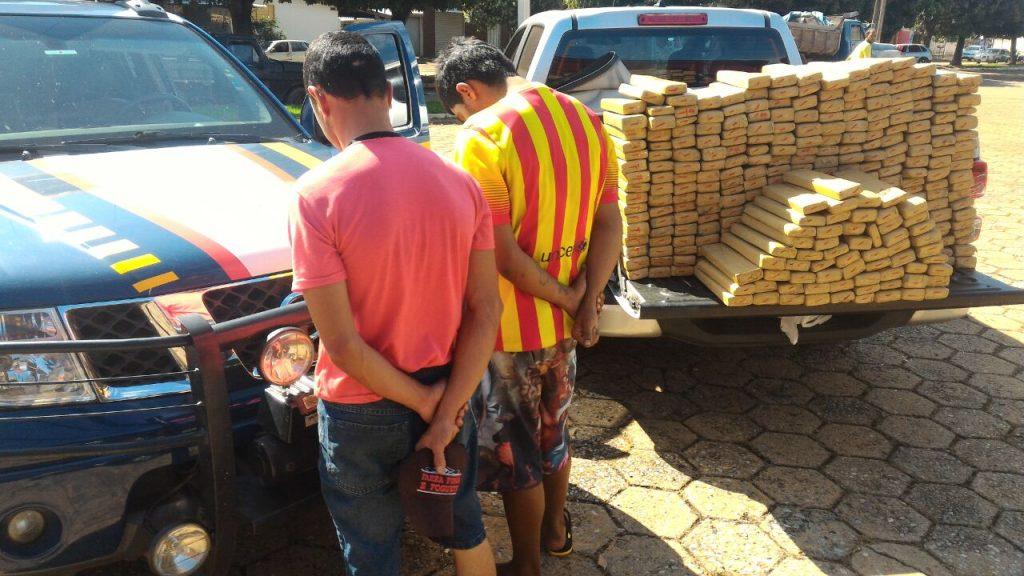 PRF apreende veículo com 337 tabletes de maconha em Guapó