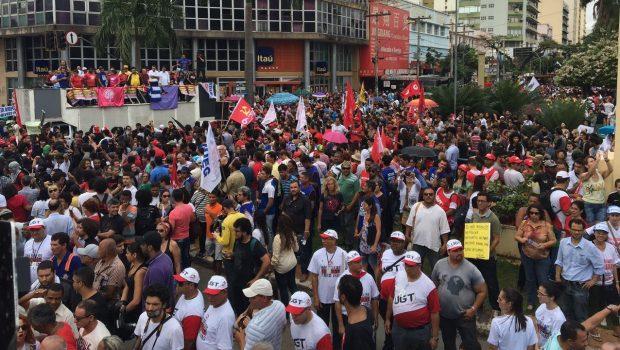 Manifestações da Greve Geral levam centenas de pessoas ao Centro de Goiânia